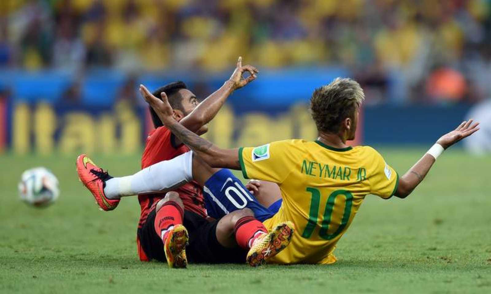 El mexicano Jose Juan Vazquez y Neymar durante una acción del partido.