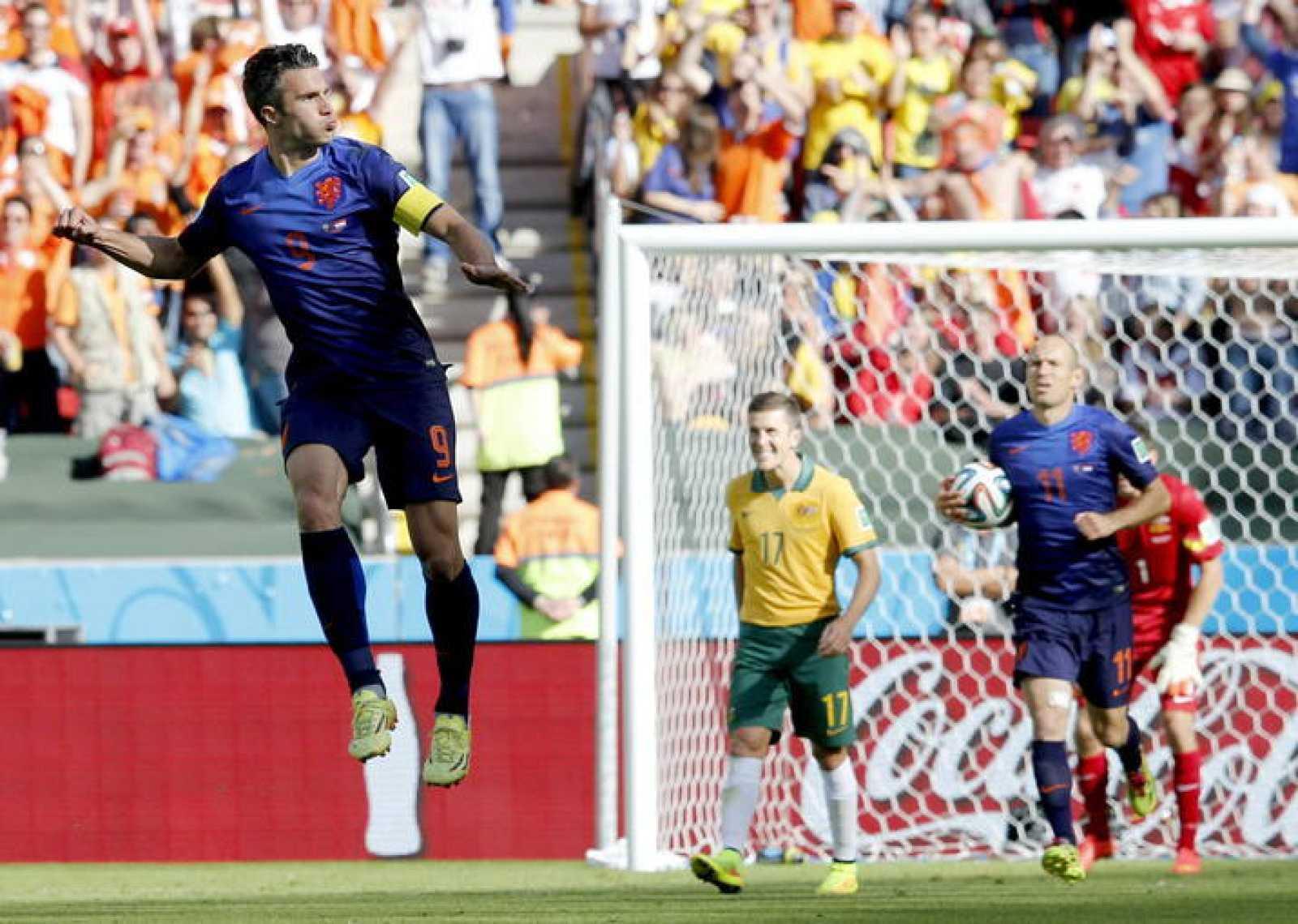 Robin van Persie celebra el segundo gol de Holanda ante Australia