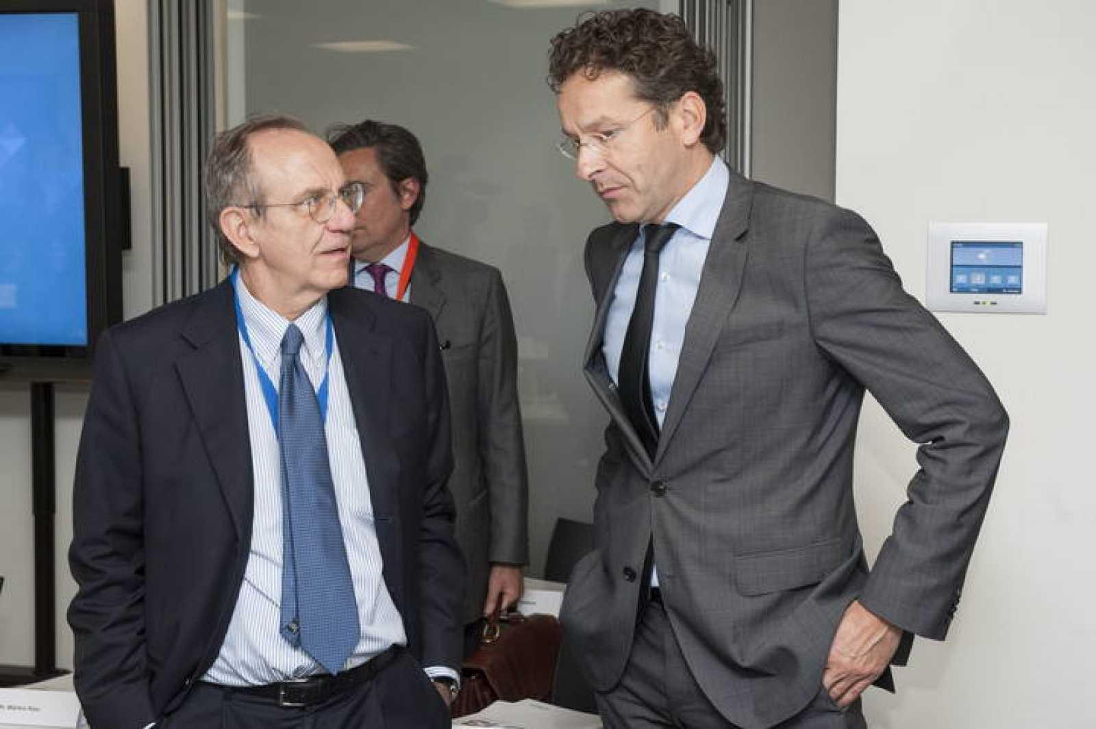 El ministro italiano de Finanzas, Pier Carlo Padoan, conversa con el presidente del Eurogrupo, Jeroen Dijsselbloem