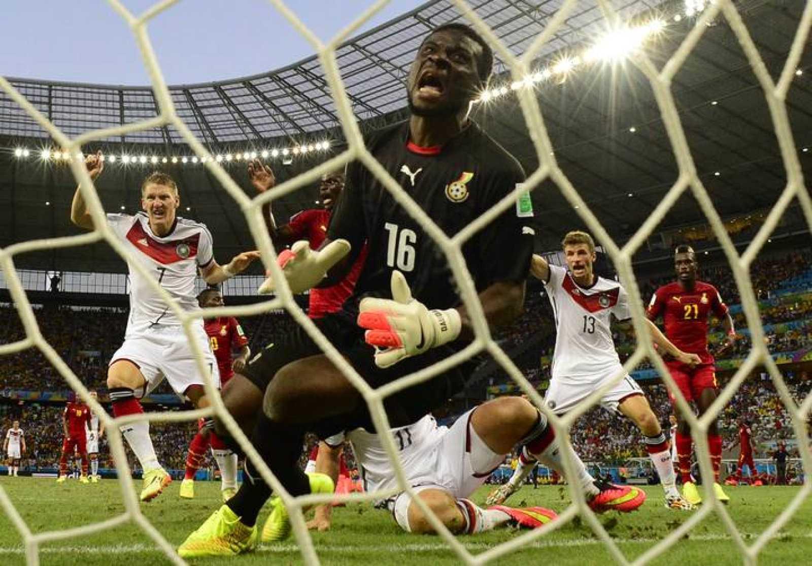 El portero de Ghana, Dauda, se queda mirando cómo el balón entra en su portería.