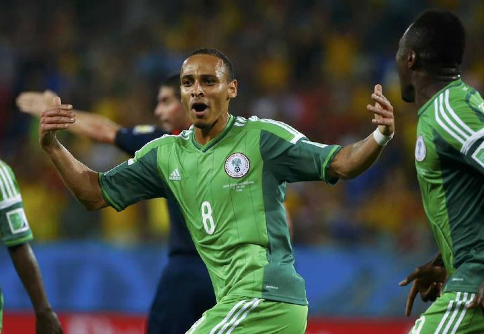 El nigeriano Peter Odemwingie celebra su gol ante Bosnia.