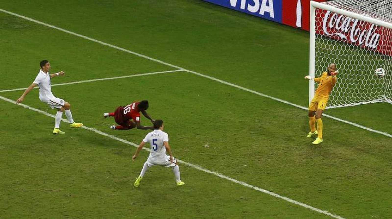 Momento en el que Varela marca el gol del empate (2-2) para Portugal.