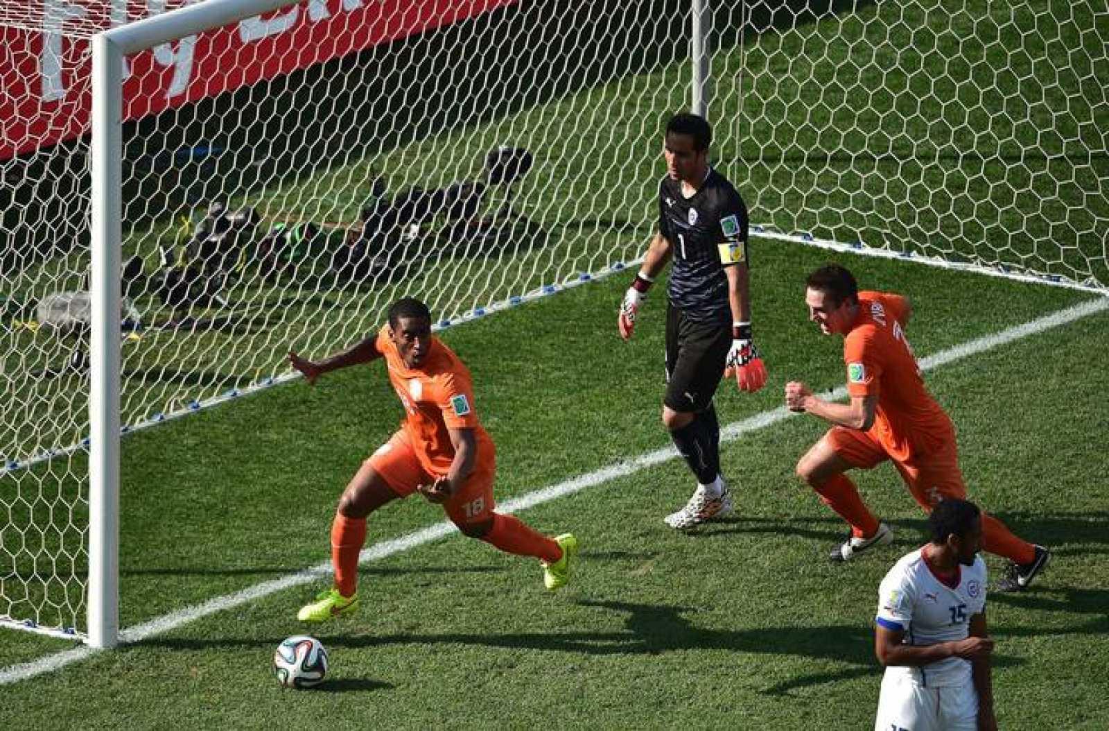 Leroy Fer celebra el gol de la victoria anotado ante Chile.