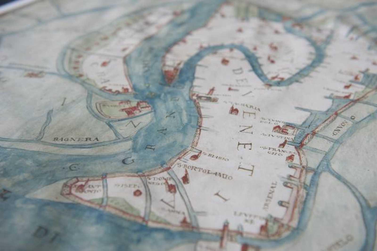 454fe909f Detalle de un mapa de Venecia de 1557 de la planificación urbana y de  canales.