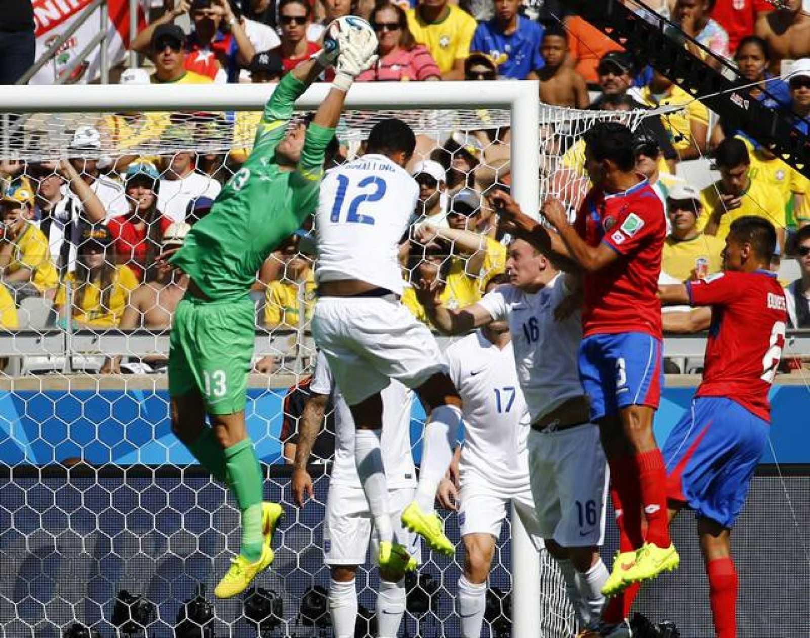 Inglaterra y Costa Rica durante el partido de su grupo.