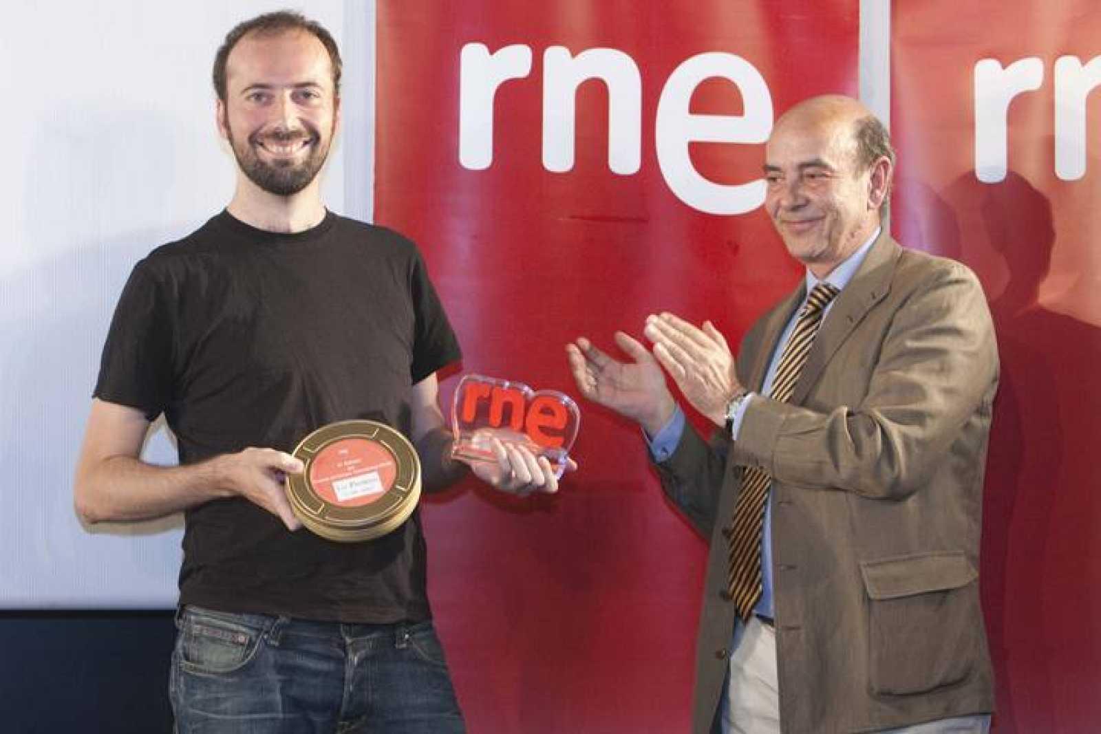 El director de RNE Alfonso Nasarre entrega el primer premio del VI Concurso de Cortos a Nacho Rodríguez por 'A lifestory'