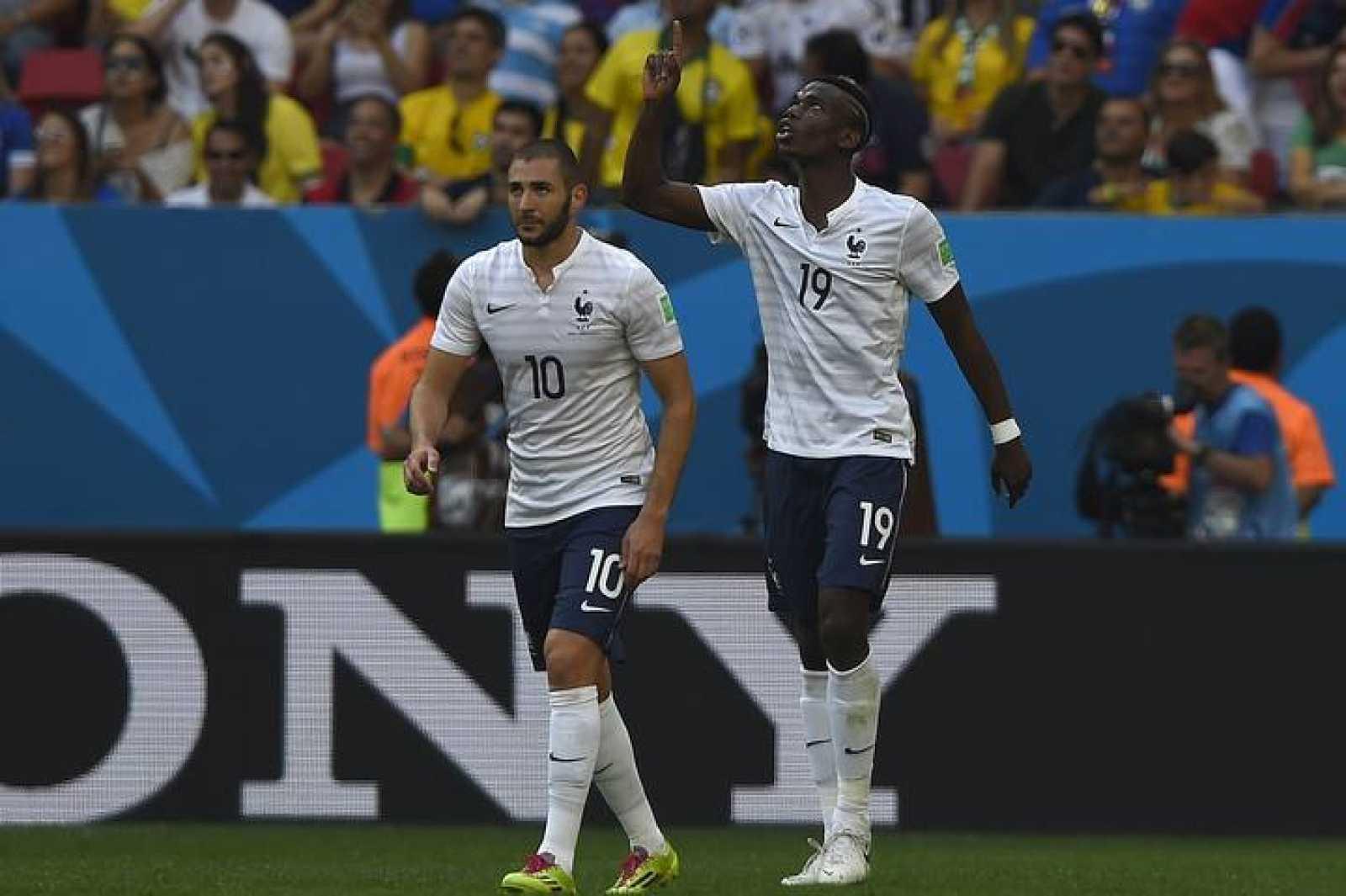 Paul Pogba celebra junto a Benzema el primer gol de Francia