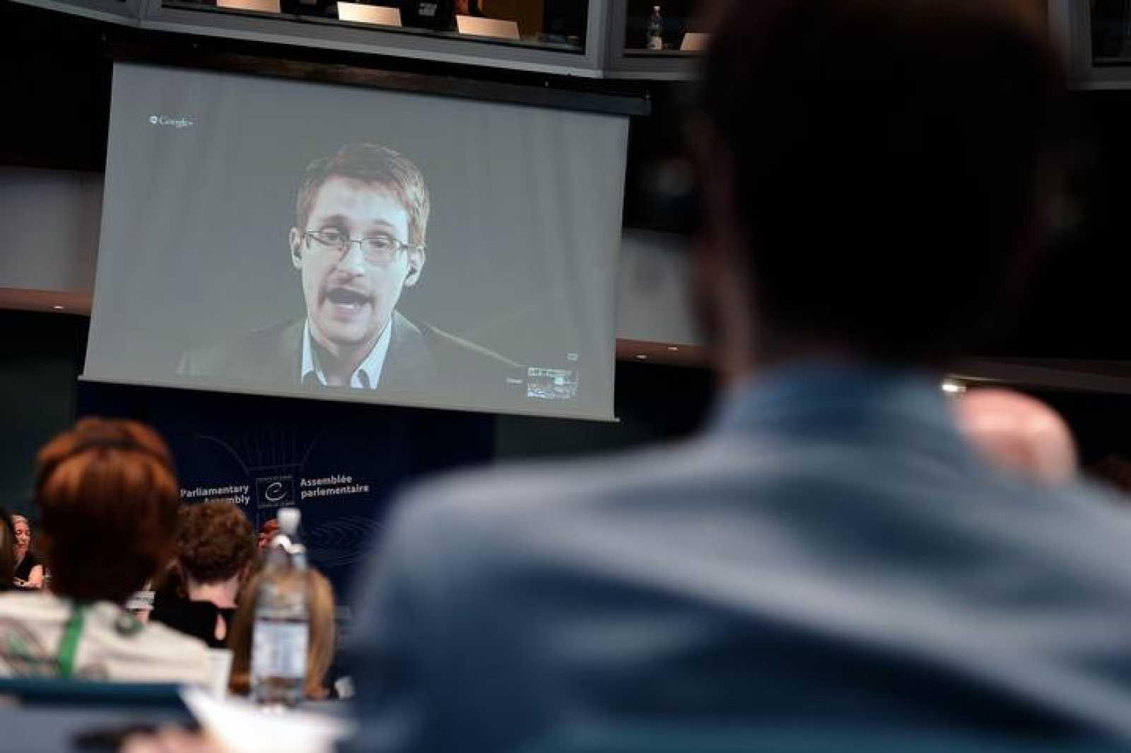 El exagente de la CIA Edward Snowden habla por videoconferencia durante una sesión del Consejo de Europa, el 24 de junio de 2014