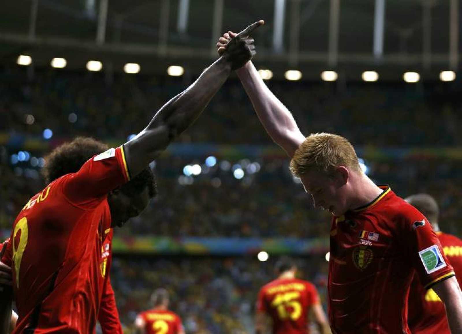 Los belgas Romelu Lukaku y Kevin De Bruyne celebran el segundo gol.