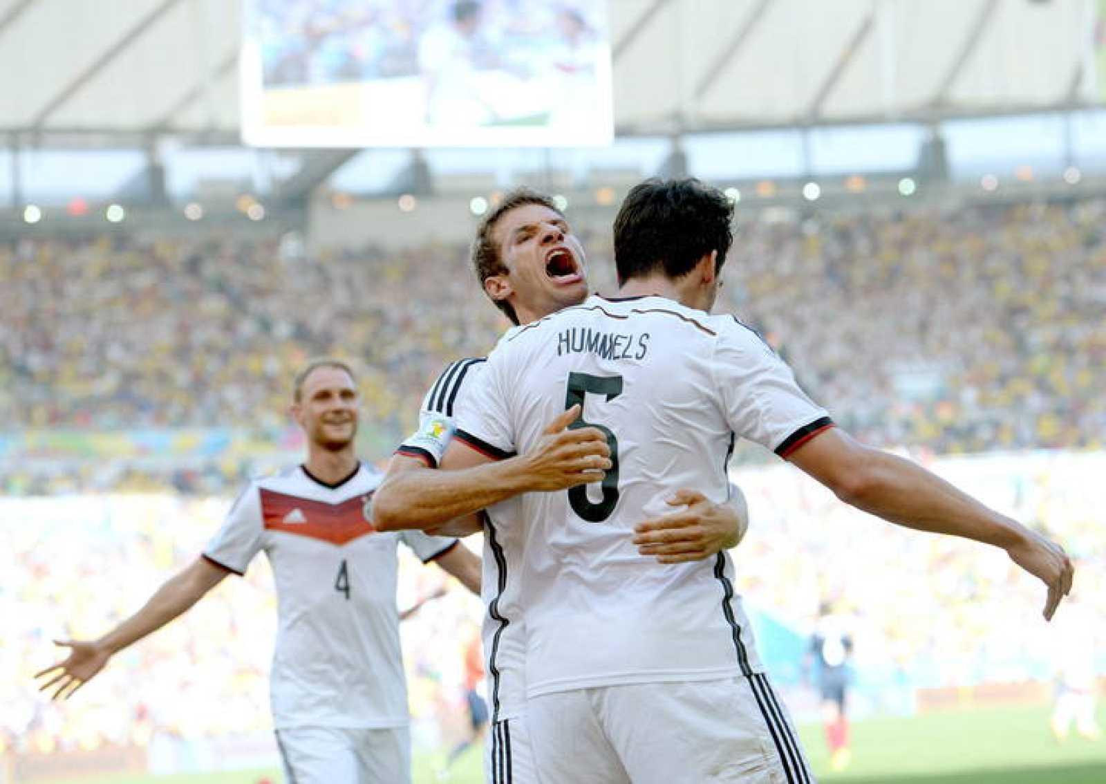 Müller felicita a Hummels por su gol ante Francia.