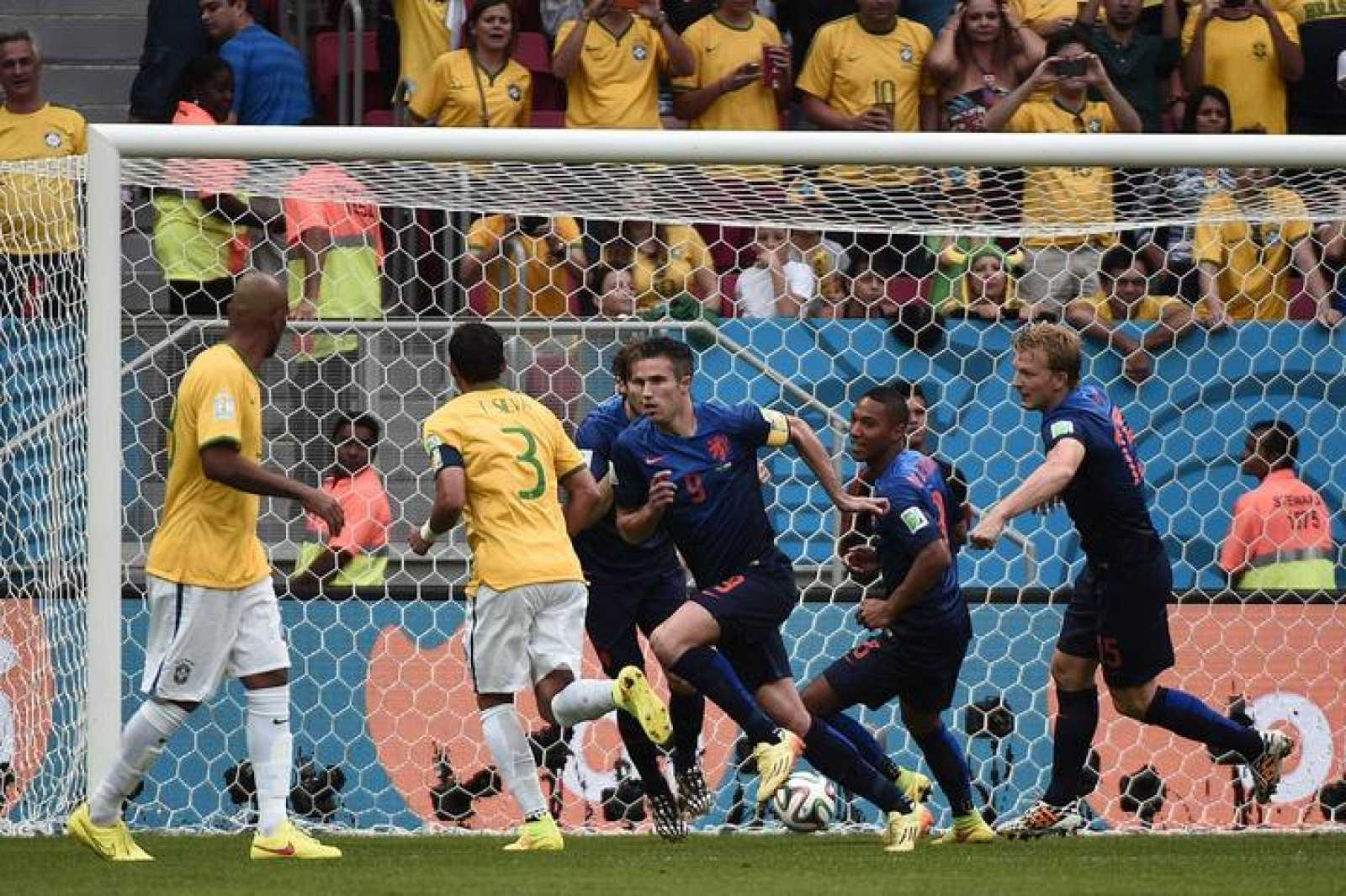El holandés Robin van Persie celebra con sus compañeros el gol de penalti