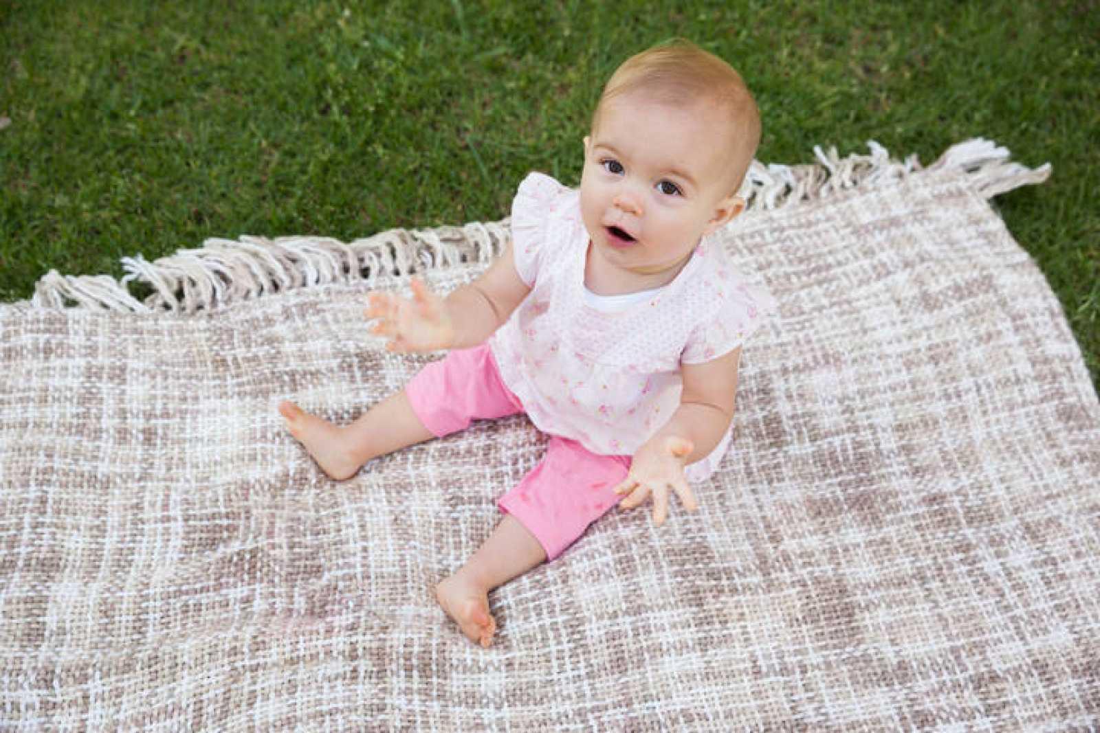 Bebé balbuceando en un parque.