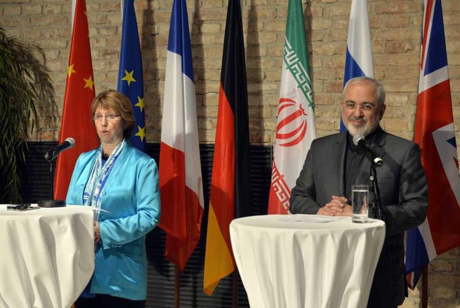 Catherine Ashton, Alta Representante de la Unión para Asuntos Exteriores y Política de Seguridad, y el ministro de exteriores iraní, Javad Zarif, comparecen ante los medios tras la reunión en Viena