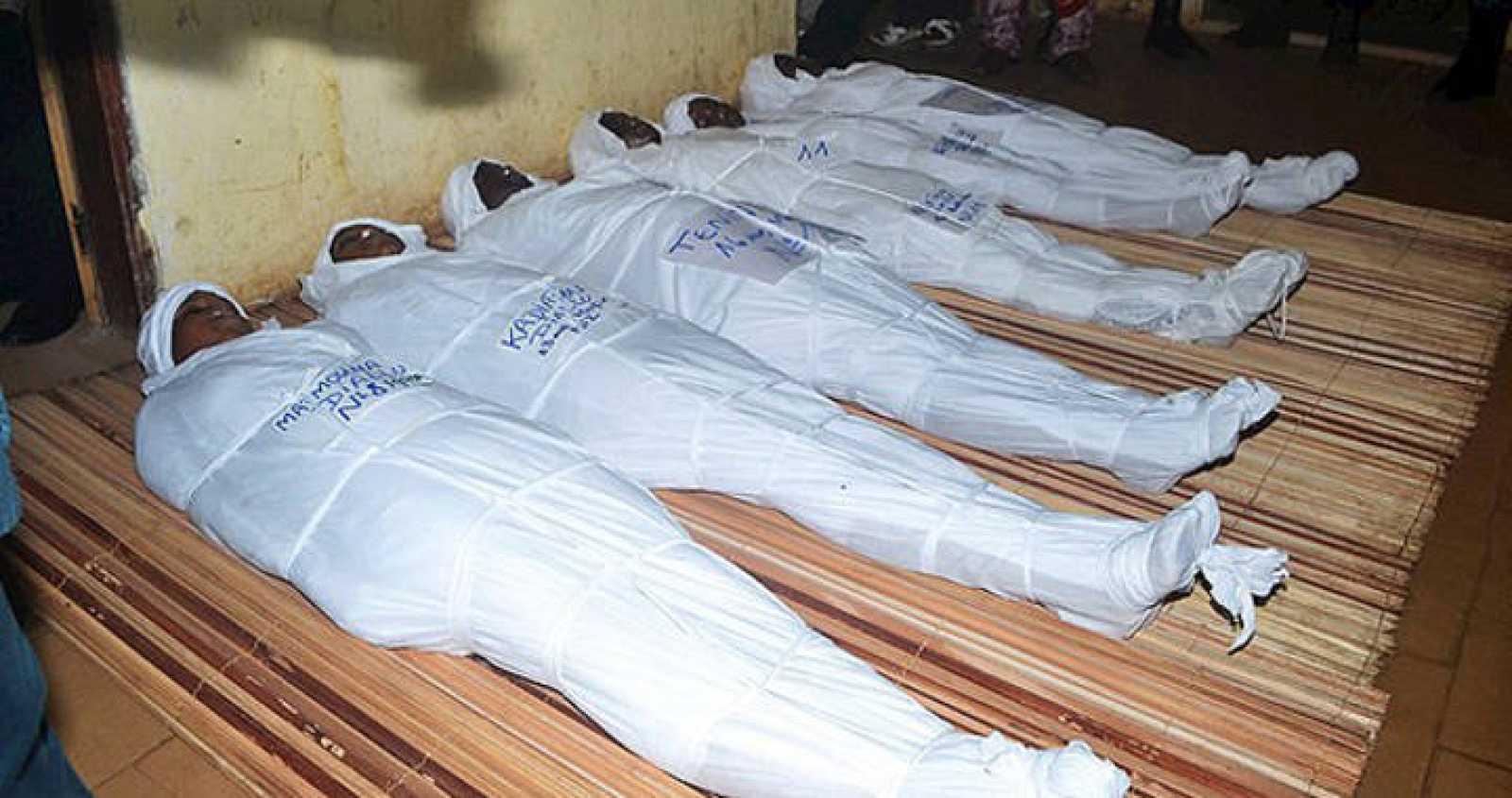 Algunos de los cuerpos de las víctimas en la morgue del hospital de Donke