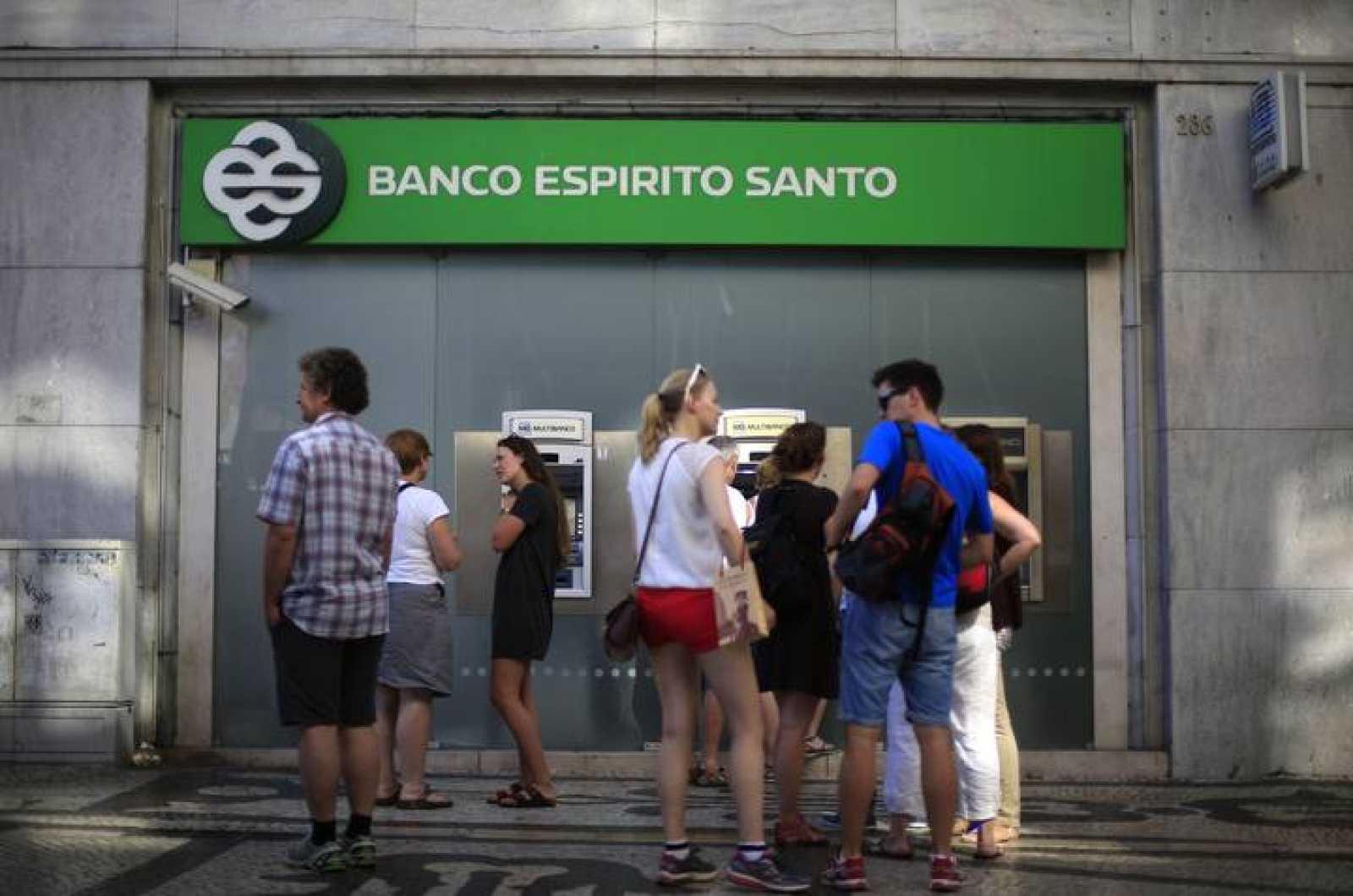 Personas esperando para sacar dinero de un cajero del Banco Espírito Santo en Lisboa