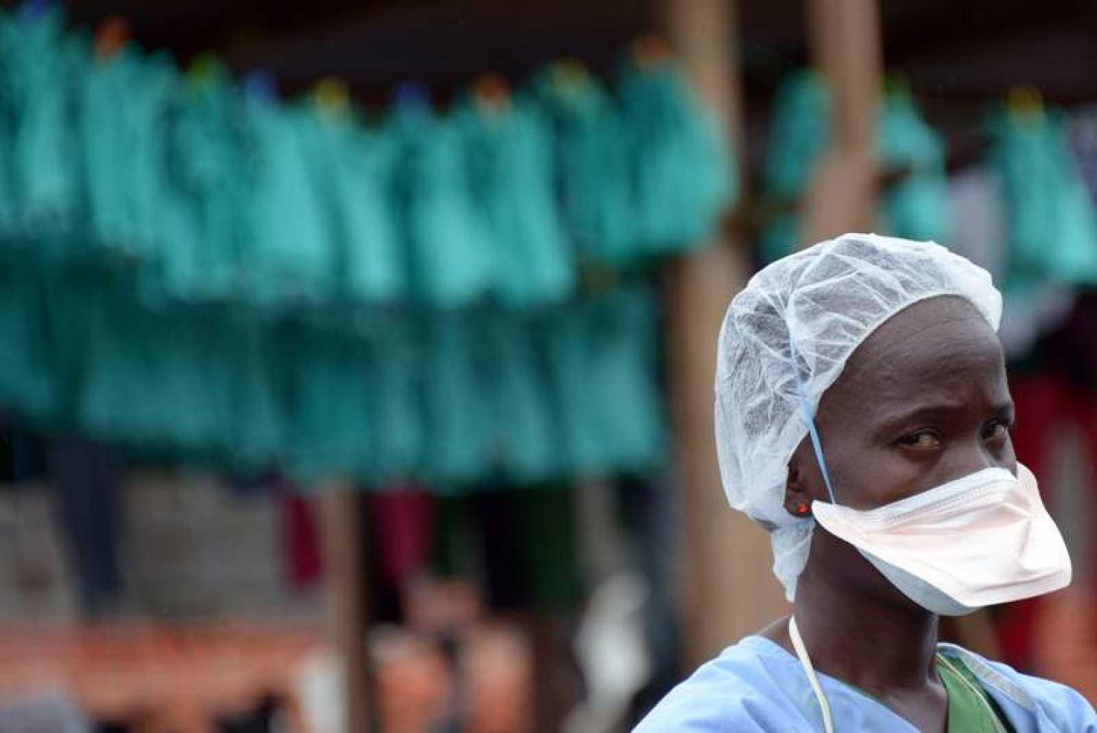Una trabajadora sanitaria en el hospital Elwa, en Monrovia, Liberia
