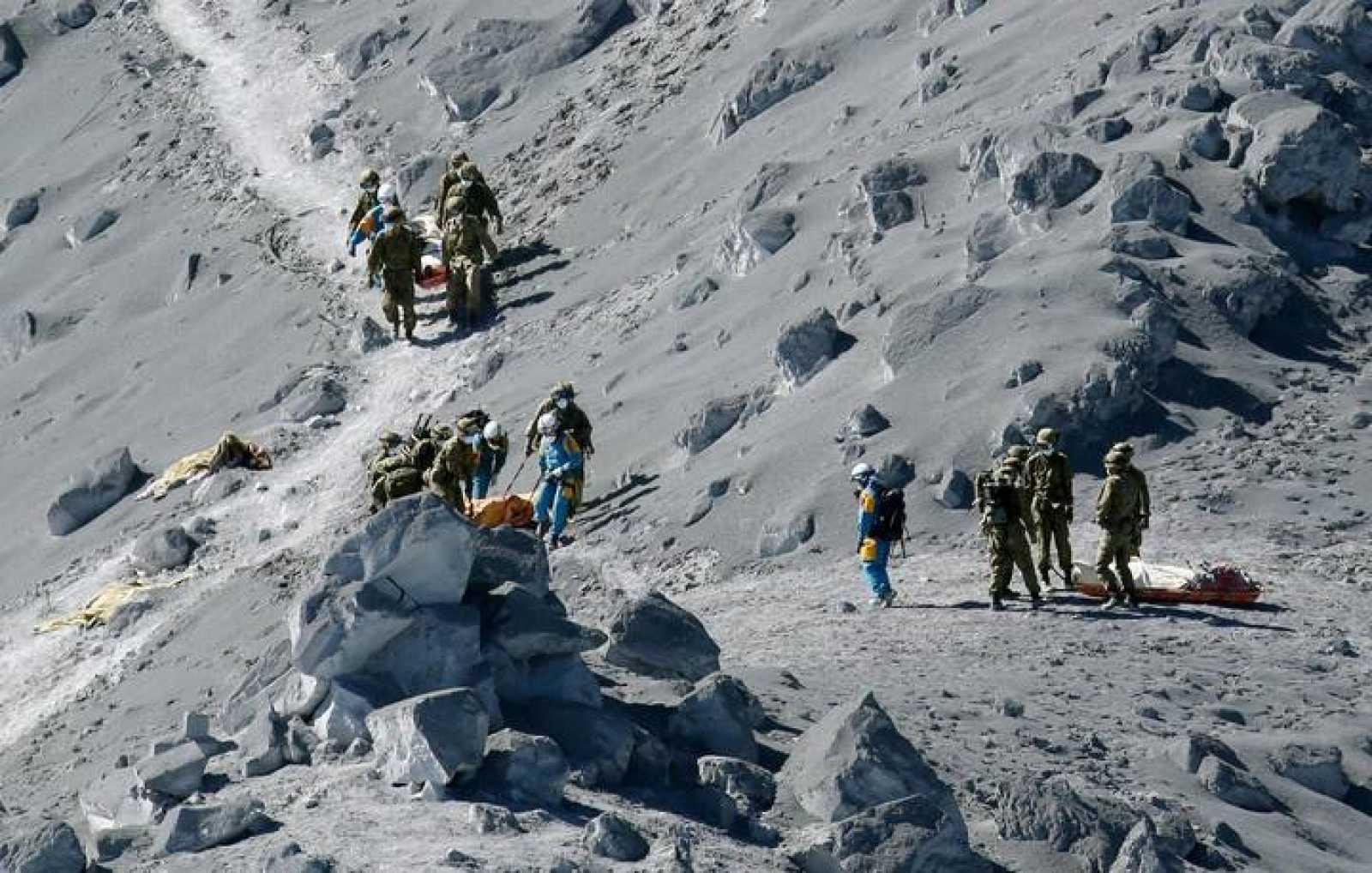 Miembros de las Fuerzas de Autodefensa (Ejército) de Japón rescatan los cuerpos de senderistas atrapados en la erupción del monte Ontake