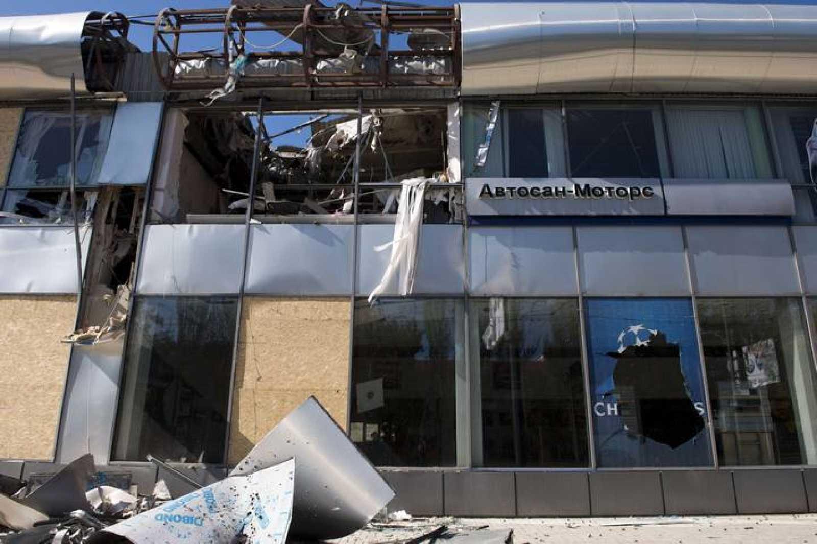 Un concesionario de coches del aeropuerto de Donestsk, destrozado por los bombardeos.