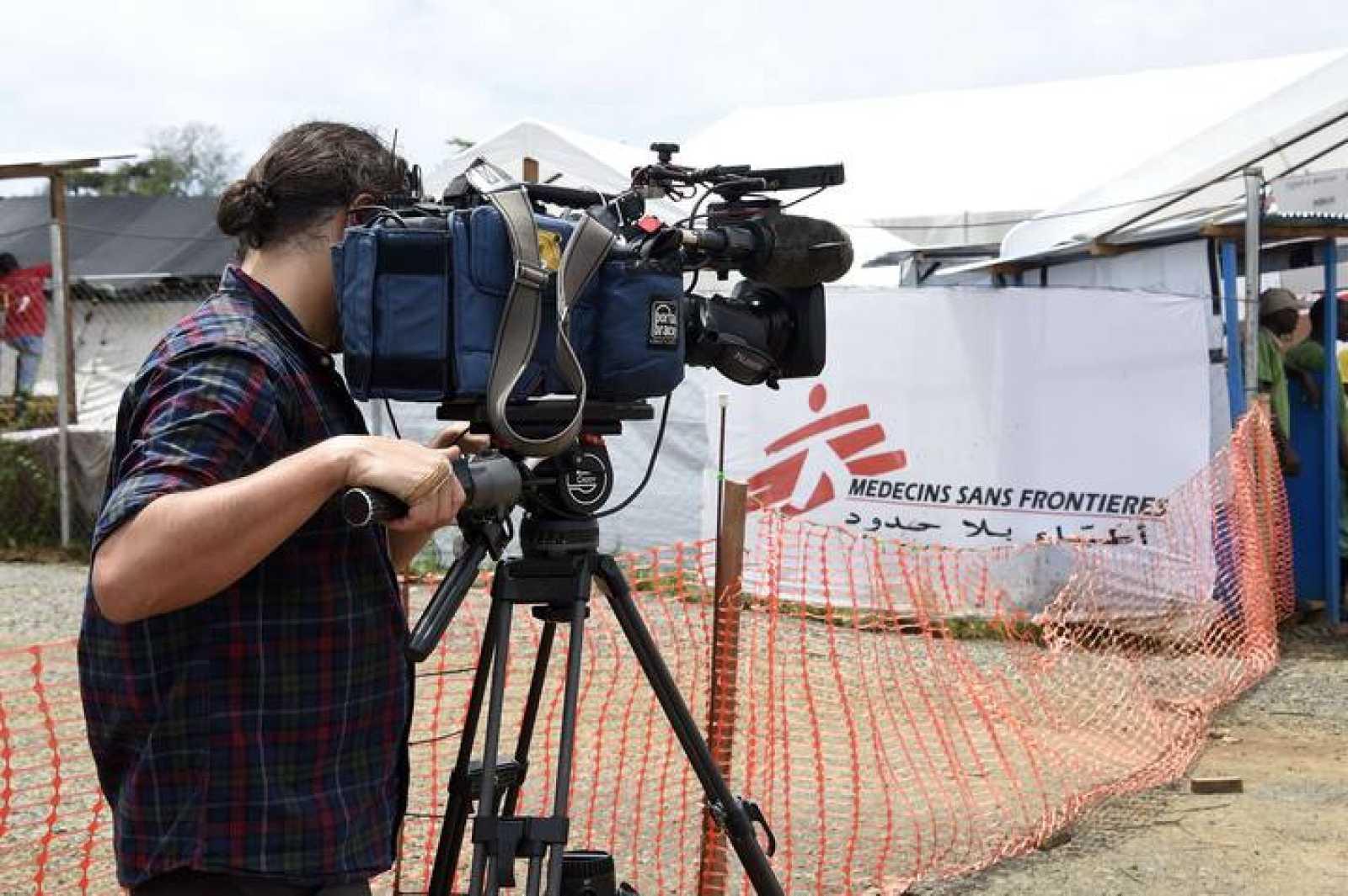 Un cámara graba imágenes en un centro de tratamiento del ébola en Liberia.