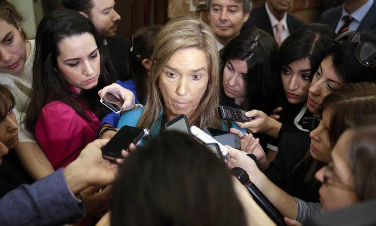 La Ministra de Sanidad, Servicios Sociales e Igualdad, Ana Mato, habla en los pasillos del Congreso de los Diputados