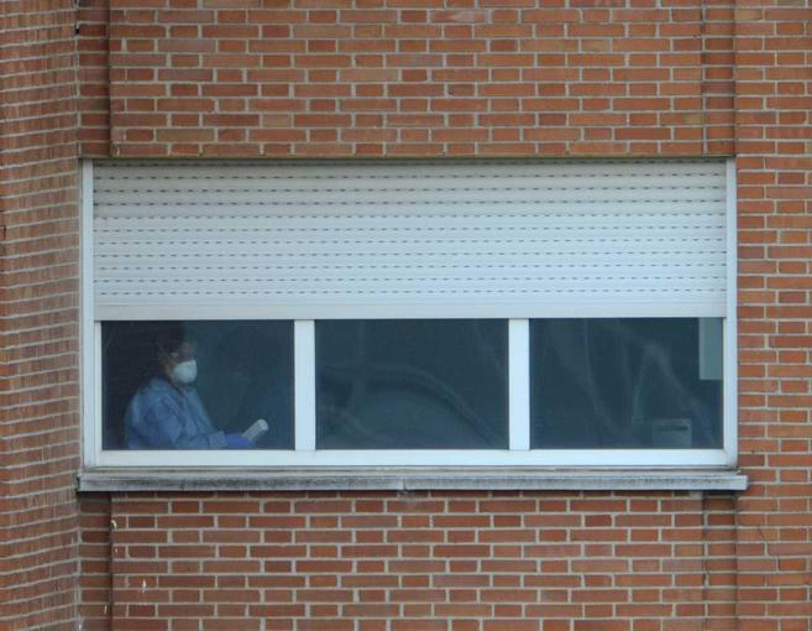 Personal sanitario con mascarillas trabajando en la sexta planta del Hospital Carlos III de Madrid el pasado 12 de octubre.