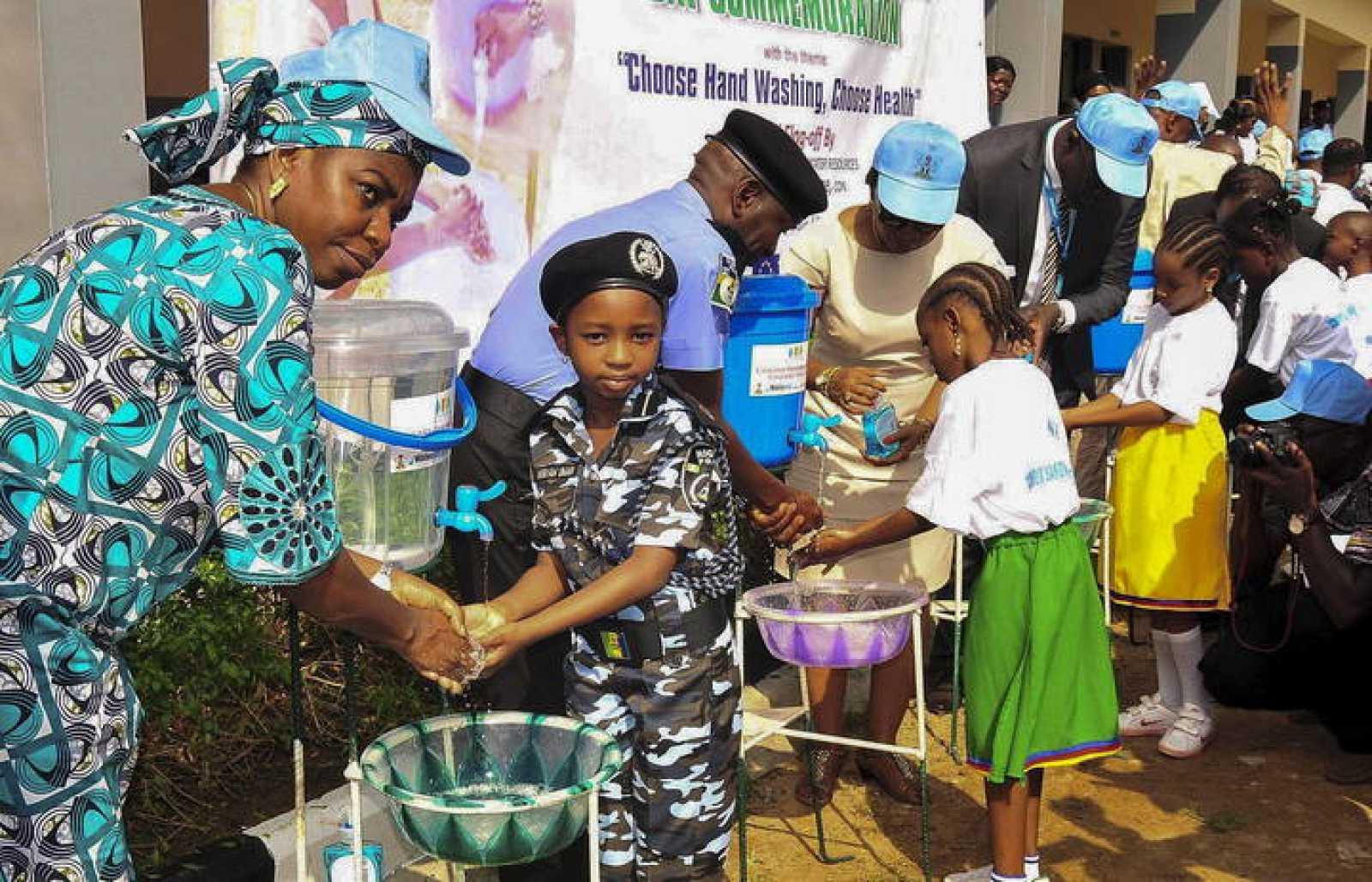 Fotografía de archivo: niños de un colegio de Nigeria se lavan las manos durante una campaña de concienciación por el virus del Ébola