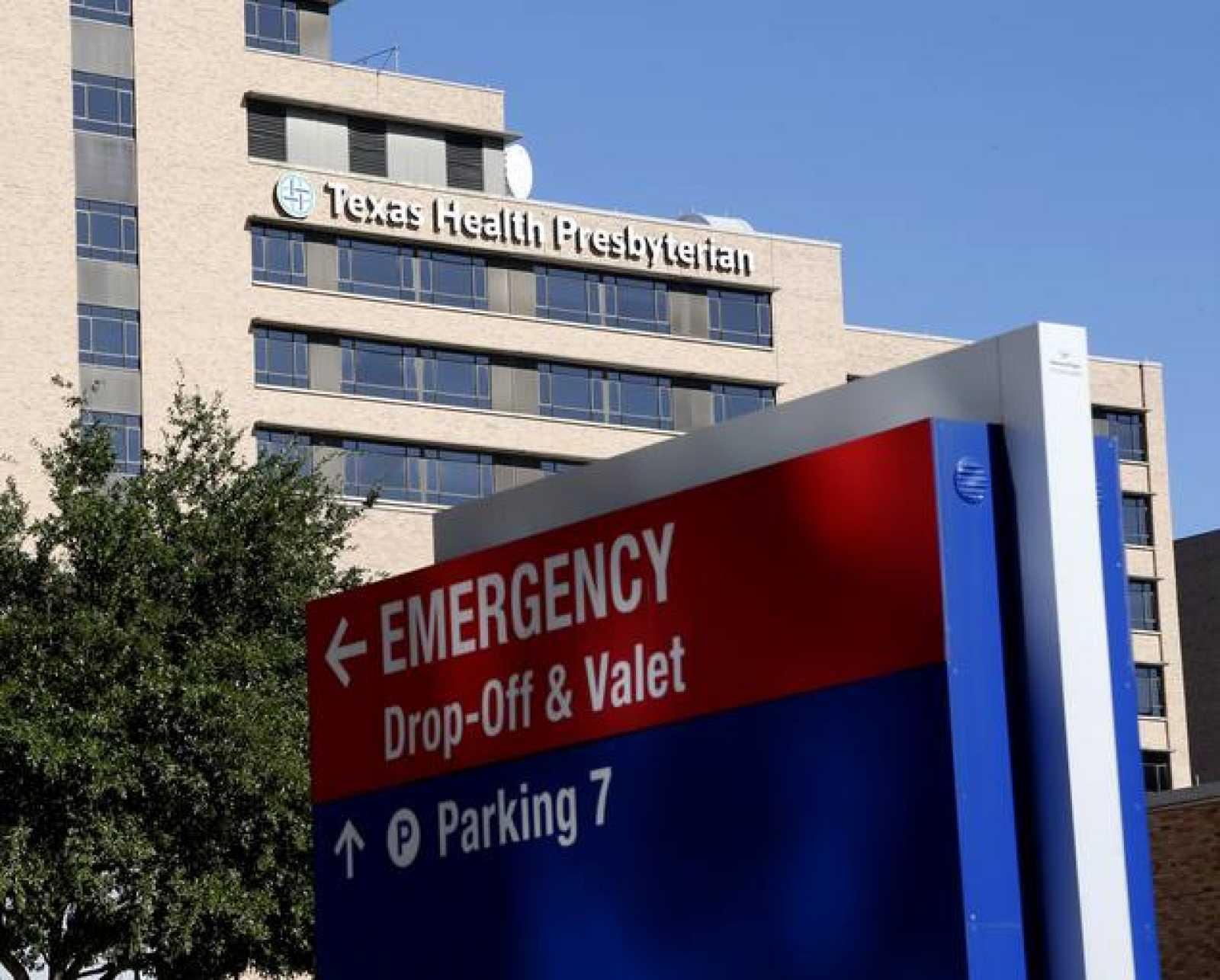 Entrada del hospital en el que está siendo atendida la sanitaria contagiada con ébola.