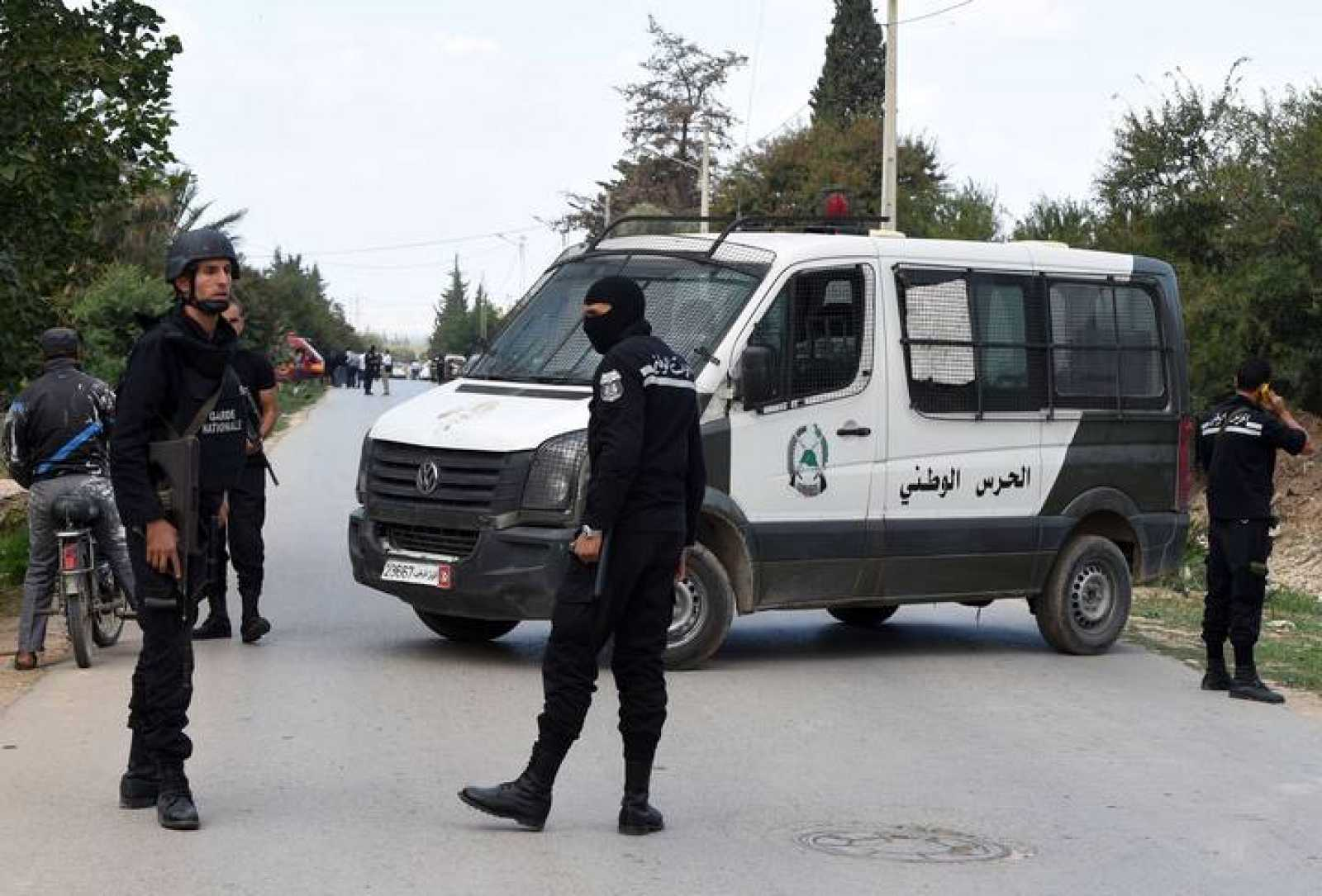 Miembros de la Guardia Nacional de Túnez frente a la casa donde un grupo de hombres ha tomado rehenes en Wad Ellil