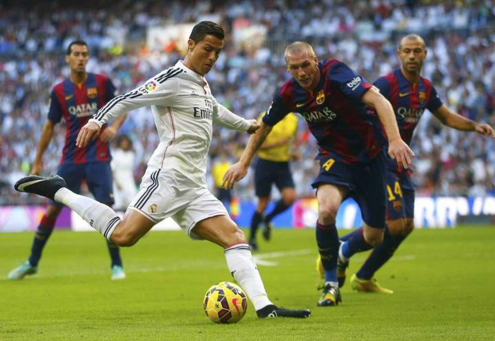 6f5f1e6e6f1 Cristiano Ronaldo trata de driblar a Jeremy Mathieu durante el partido