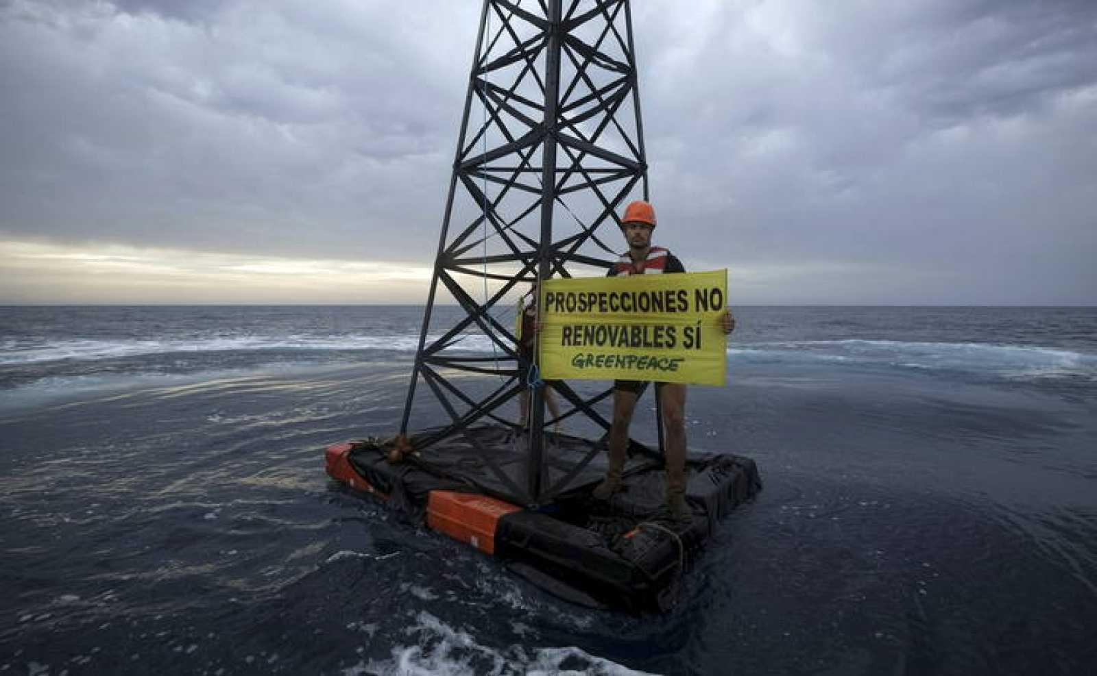 Greenpeace colocó el 28 de octubre en aguas de Lanzarote una réplica de una plataforma petrolífera de seis metros de altura.