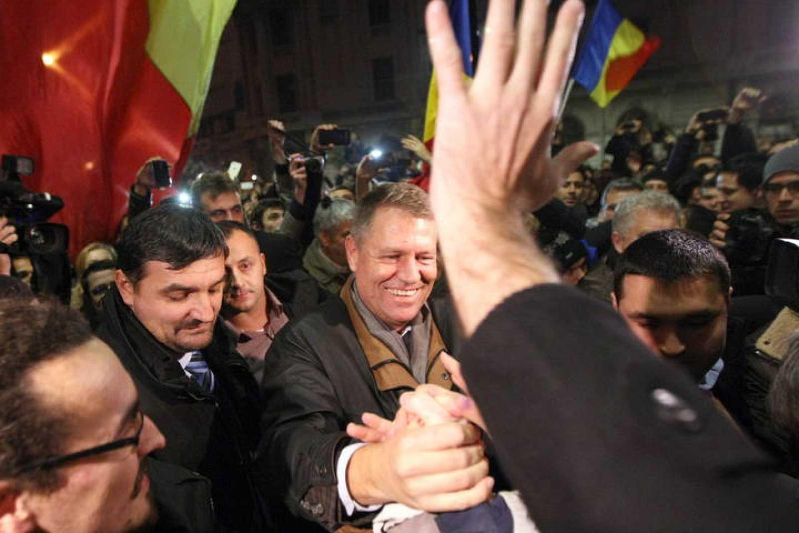 El candidato a la presidencia de Rumanía Klaus Iohannis se autoproclama ganador entre cientos de simpatizantes en Bucarest.