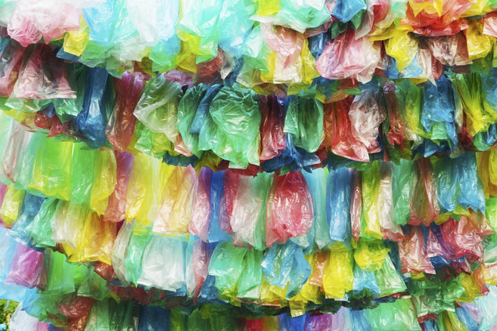 Bolsas de plástico de colores.