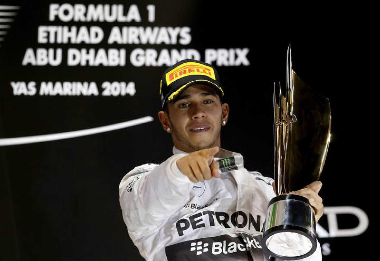 Lewis Hamilton celebra la victoria en el podio de Abu Dabi
