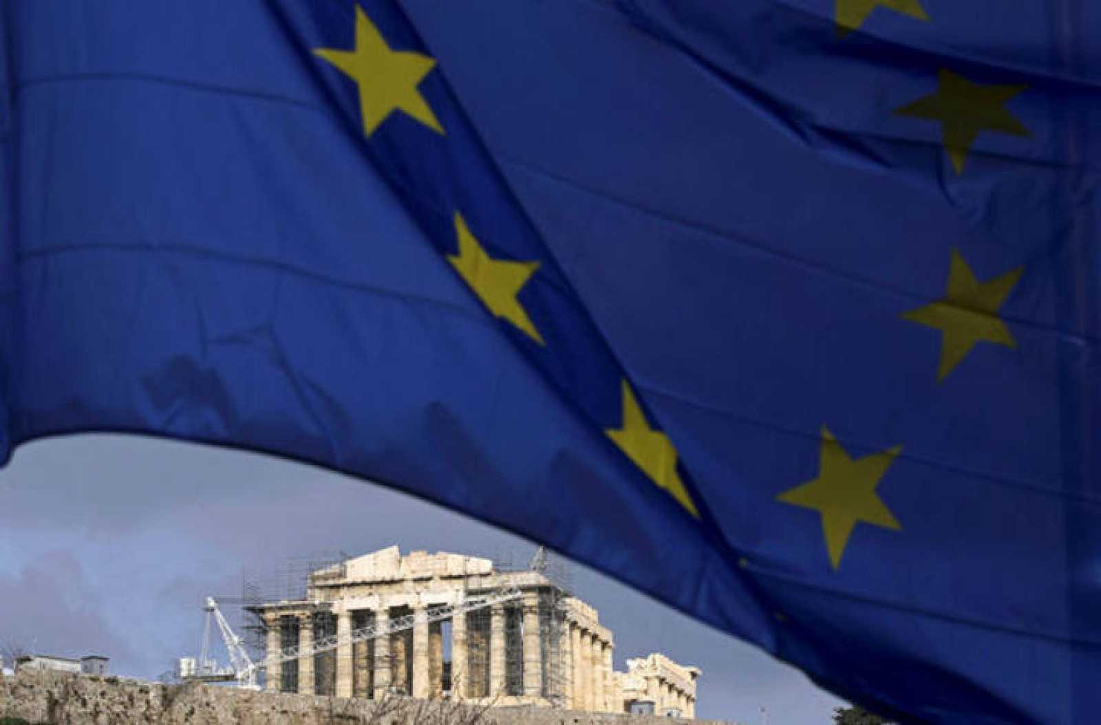 Una bandera europea ondea sobre el Partenón de Atenas