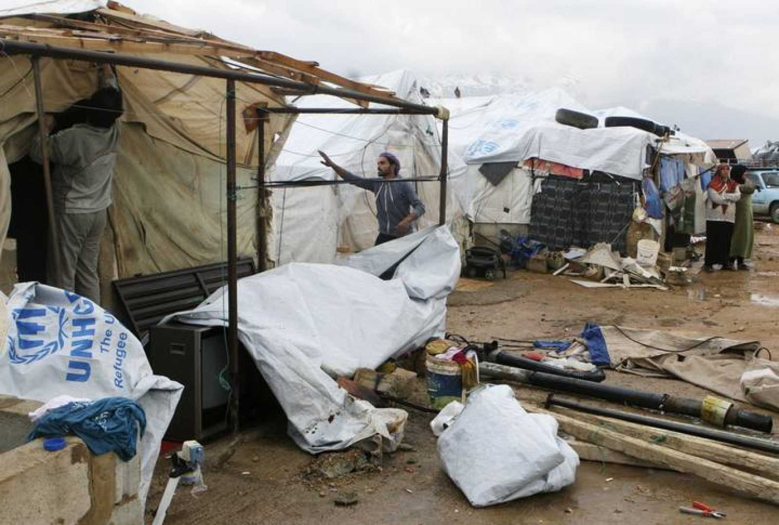 Refugiados sirios desmantelan sus tiendas en el campo de Al Rafid, en Líbano