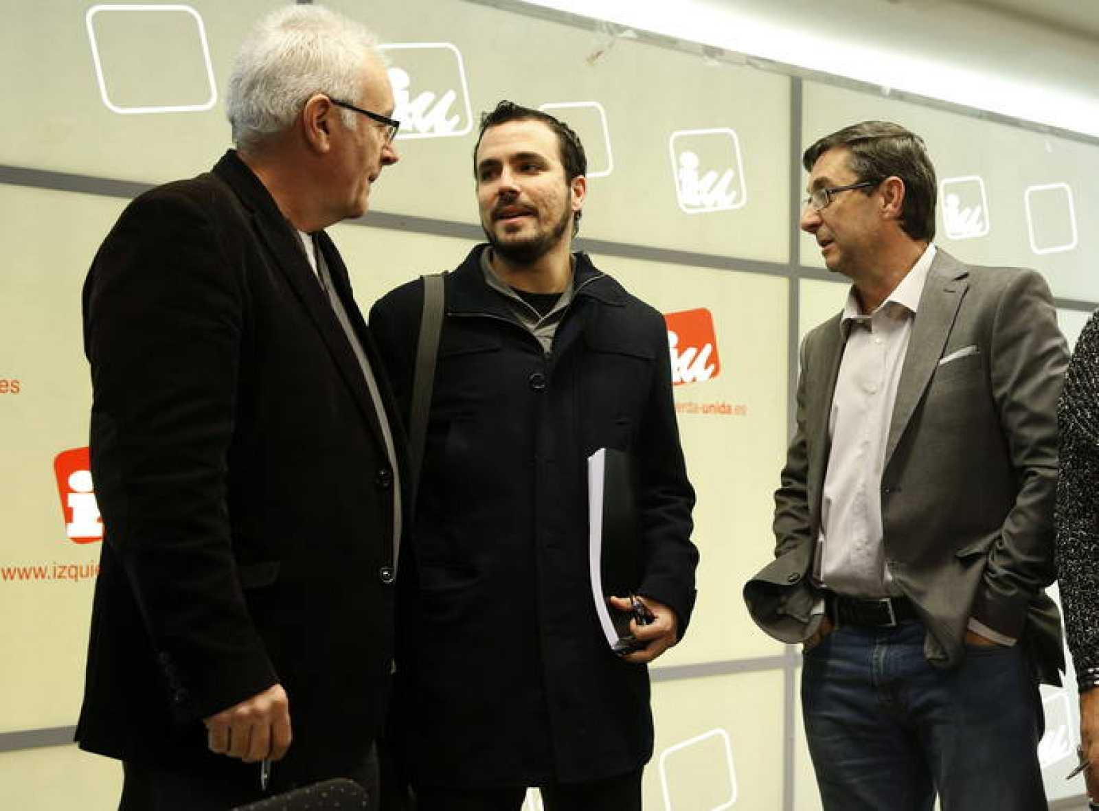 El líder de Izquierda Unida, Cayo Lara (i), conversa con Alberto Garzón (c) y José Luis Centella (d) antes del comienzo de la Presidencia Federal de IU.