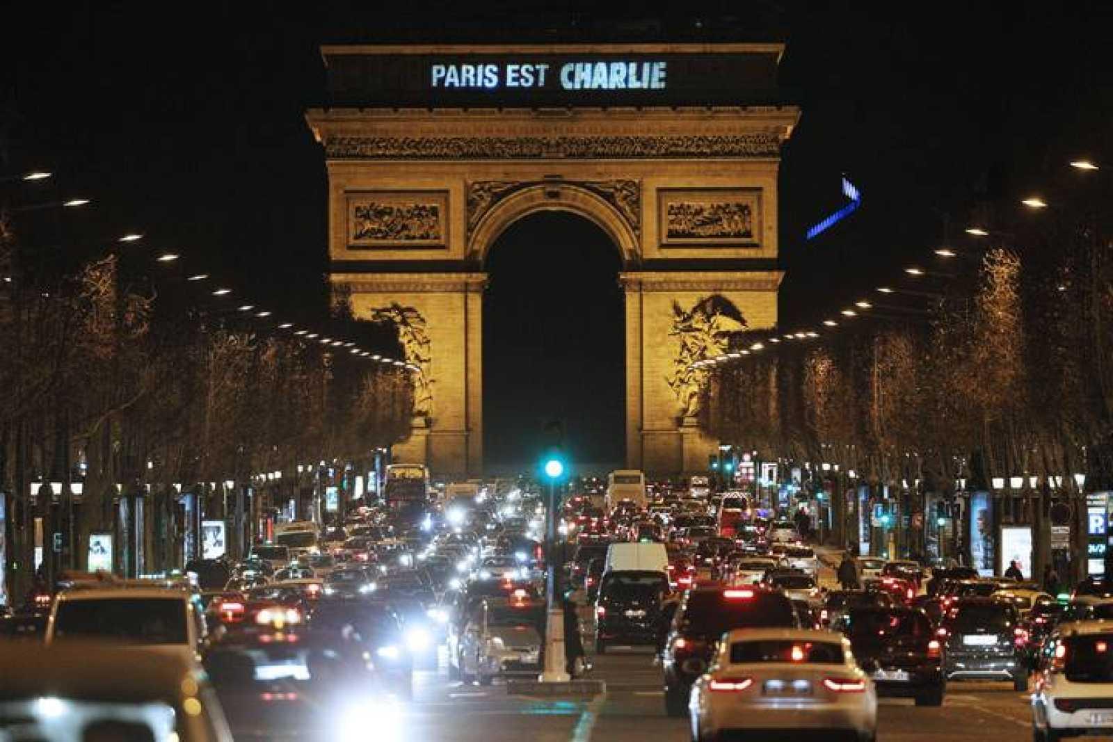 "El Arco del Triunfo de la capital francesa presenta el mensaje ""Paris est Charlie"" (Paris es Charlie)"