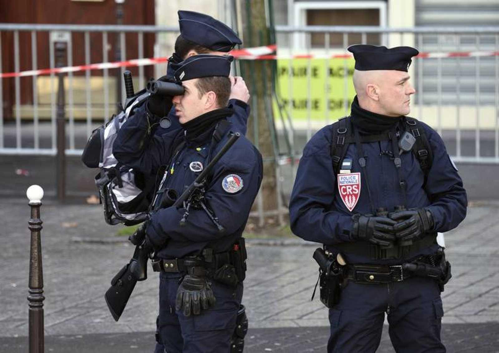 Policías franceses vigilan las manifestaciones contra el terrorismo del domingo en París