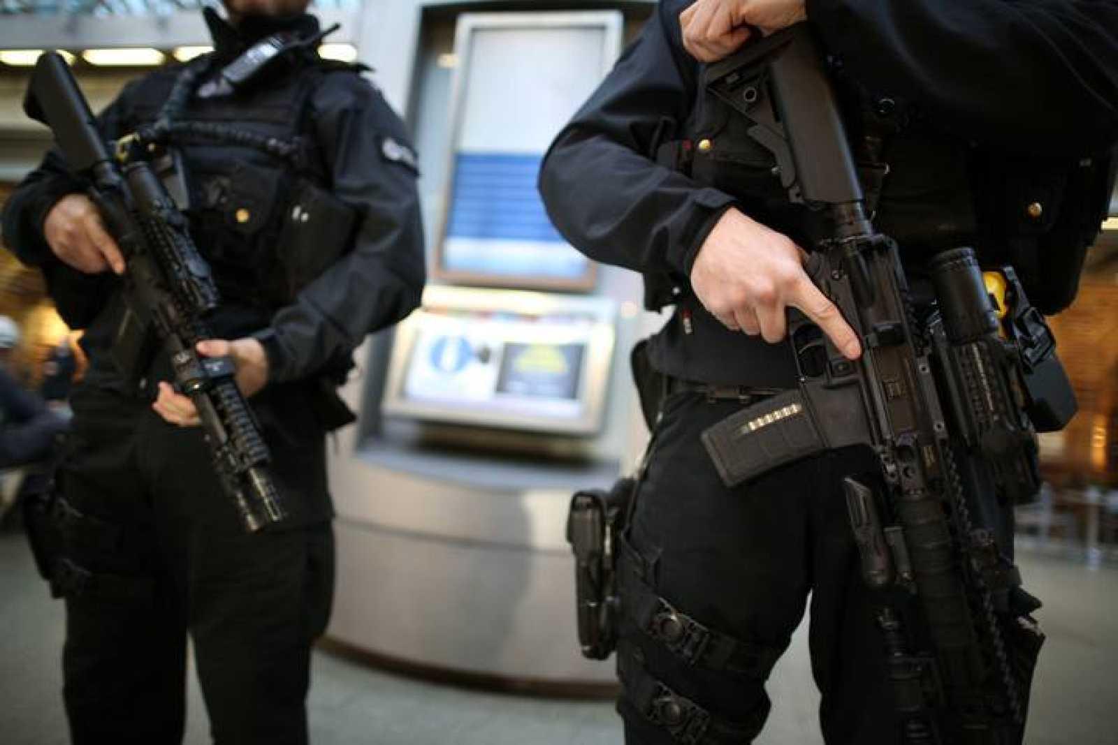 Agentes de la policía británica vigilan la estación de tren de St. Pancras.