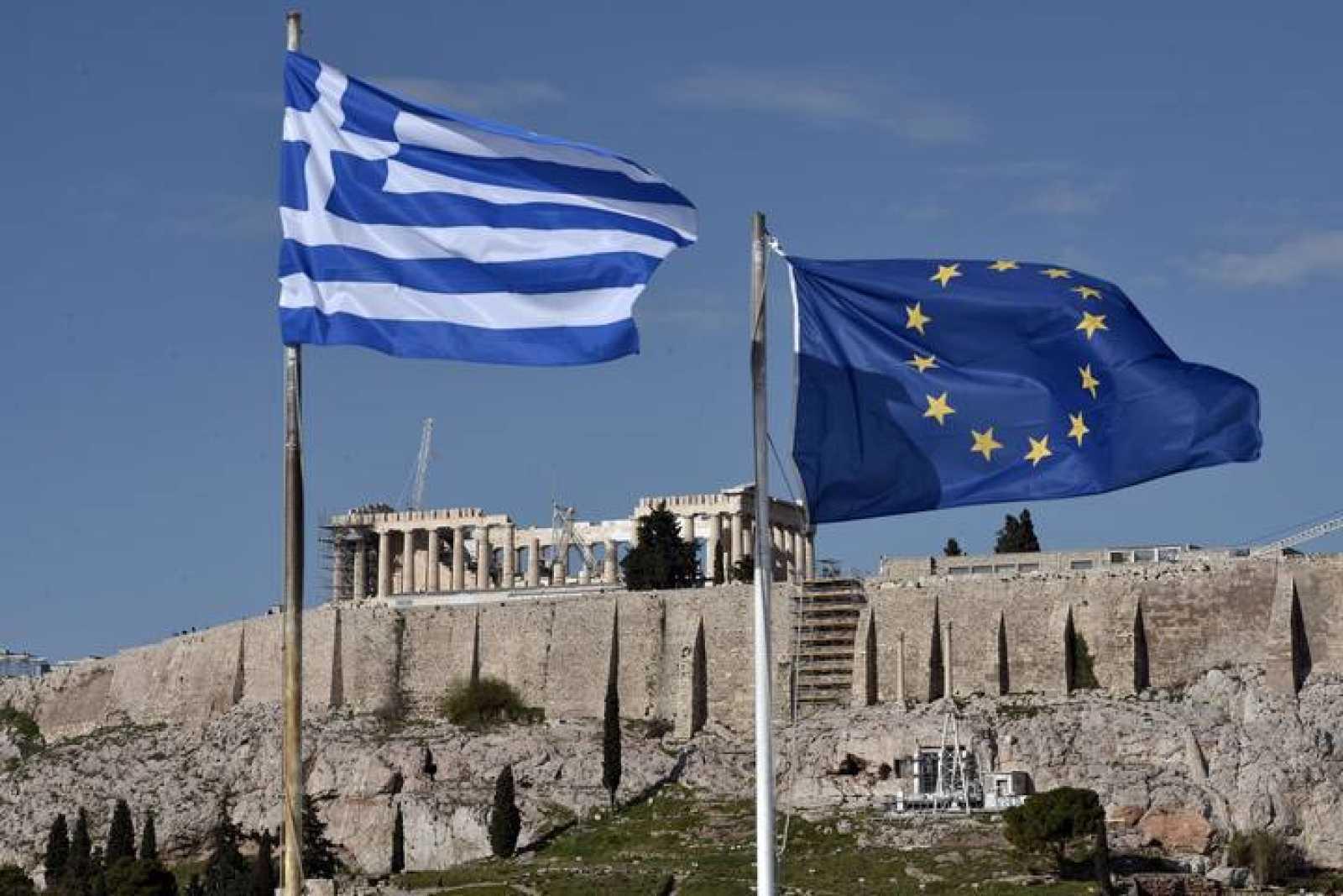 La bandera de Grecia ondea junto a la de la UE delante del Partenón en Atenas