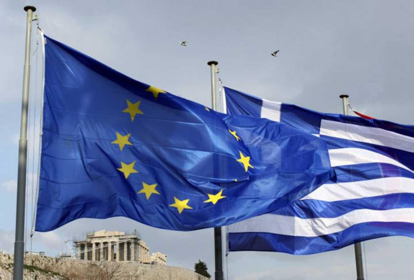 Las banderas de la UE y Grecia ondean juntas frente al Partenón
