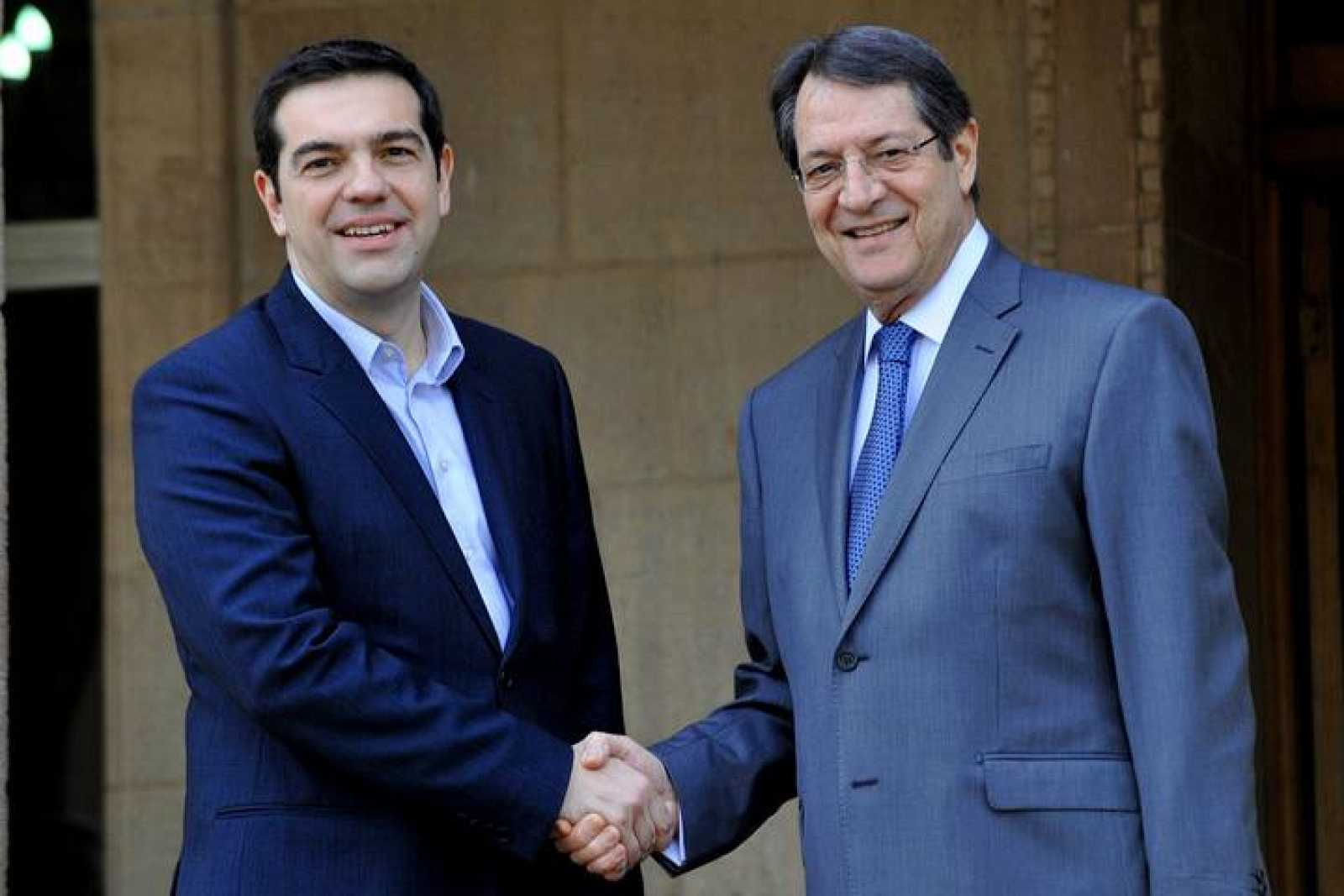 El primer ministro griego, Alexis Tsipras, junto al presidente de Chipre, Nicos Anastasiades