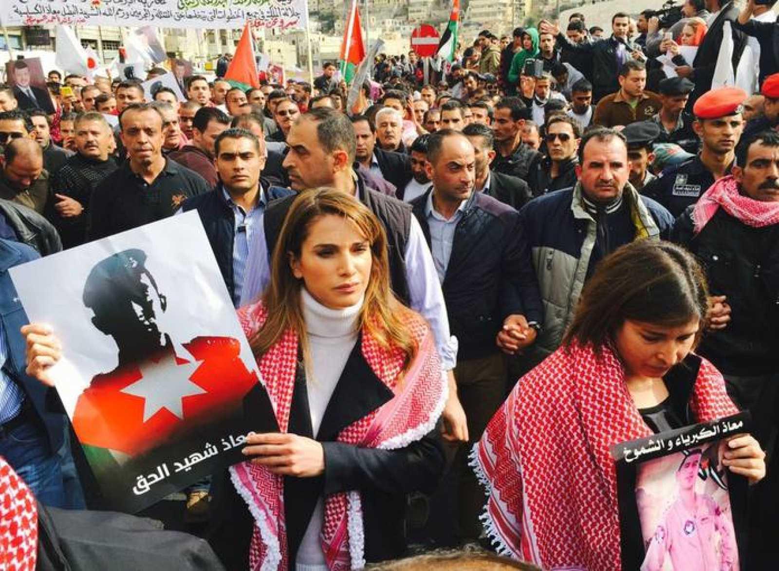 La reina Rania de Jordania encabeza una marcha junto a miles de jordanos para protestar contra el asesinato del piloto por el Estado Islámico.