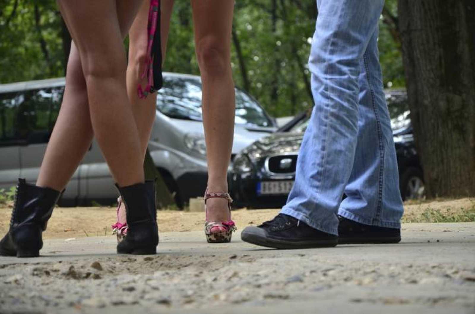 Un cliente habla con dos prostitutas en la calle