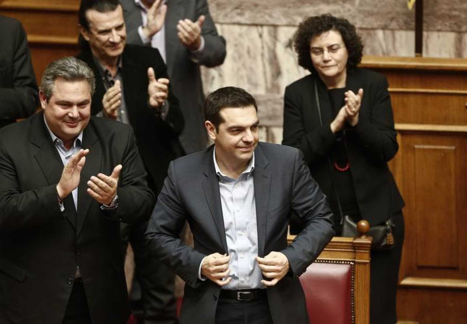 EL primer ministro de Grecia, Alexis Tsipras, recibe los aplausos tras la votación de la moción de confianza de su plan de Gobierno en el Parlamento de Atenas.