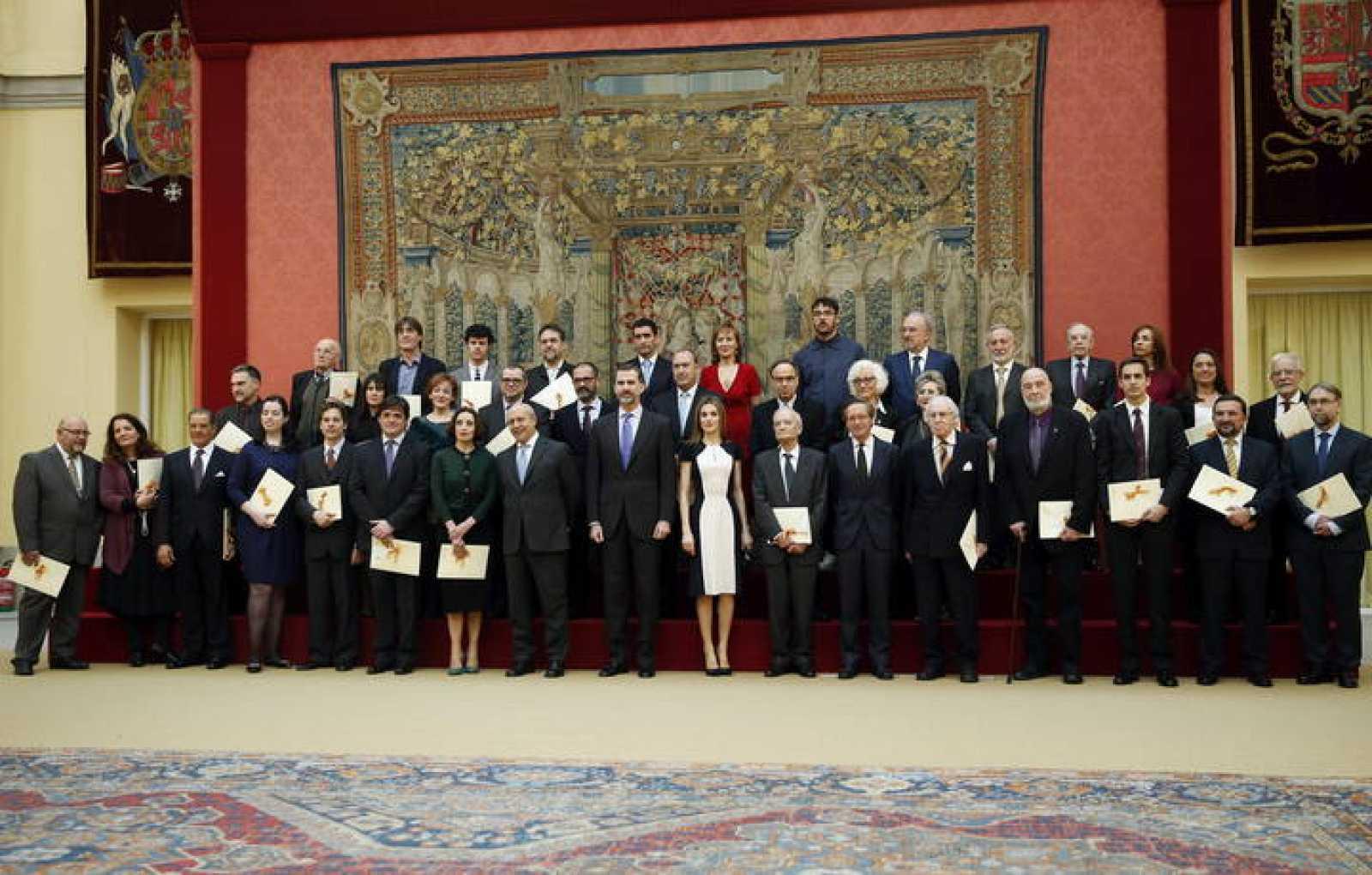 Los Reyes posan con los galardonados con los Premios Nacionales de Cultura 2013 tras la ceremonia organizada en el Palacio de El Pardo