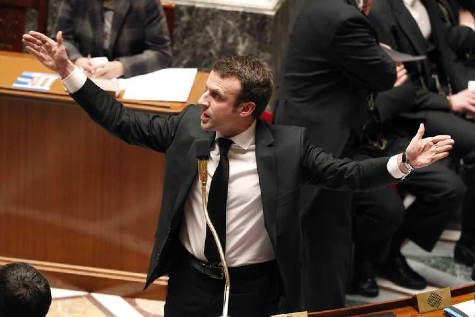 El ministro de Economía francés, Emmanuel Macron, responde en la Asamblea Nacional