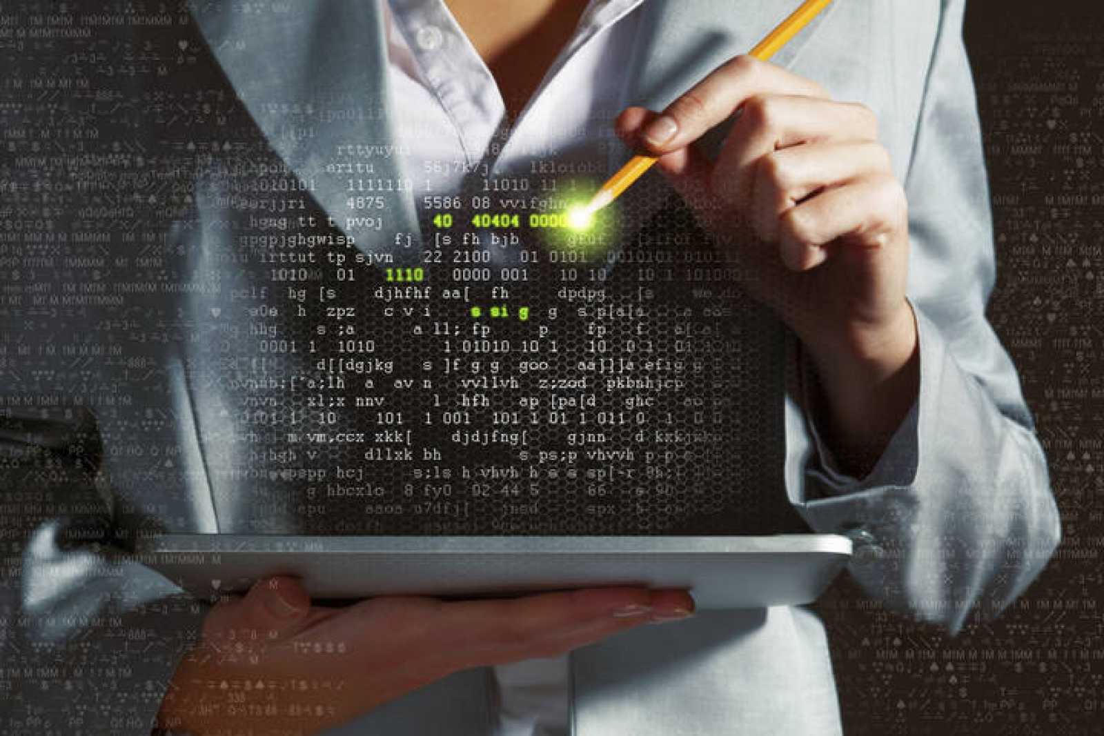 Una mujer con una tableta y una recreación de datos.