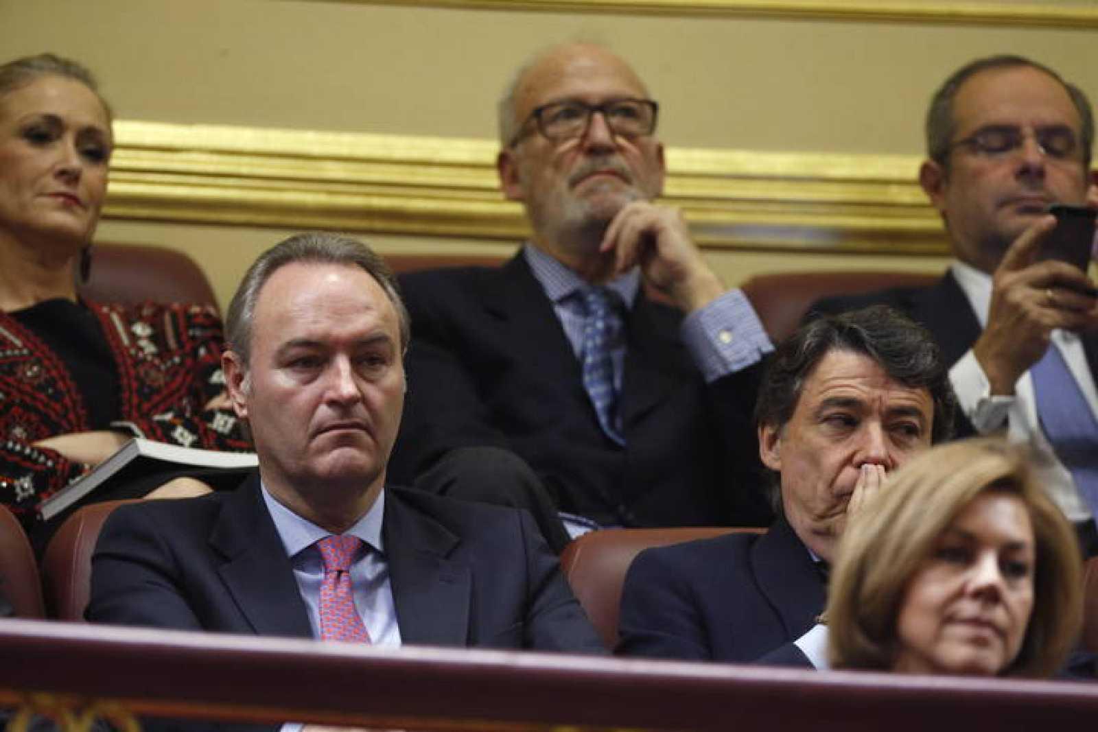 Los presidentes de la Generalitat Valenciana, Alberto Fabra; de la Comunidad de Madrid, Ignacio González, y de Castilla-La Mancha, María Dolores de Cospedal, escuchan el debate desde la tribuna del Congreso.