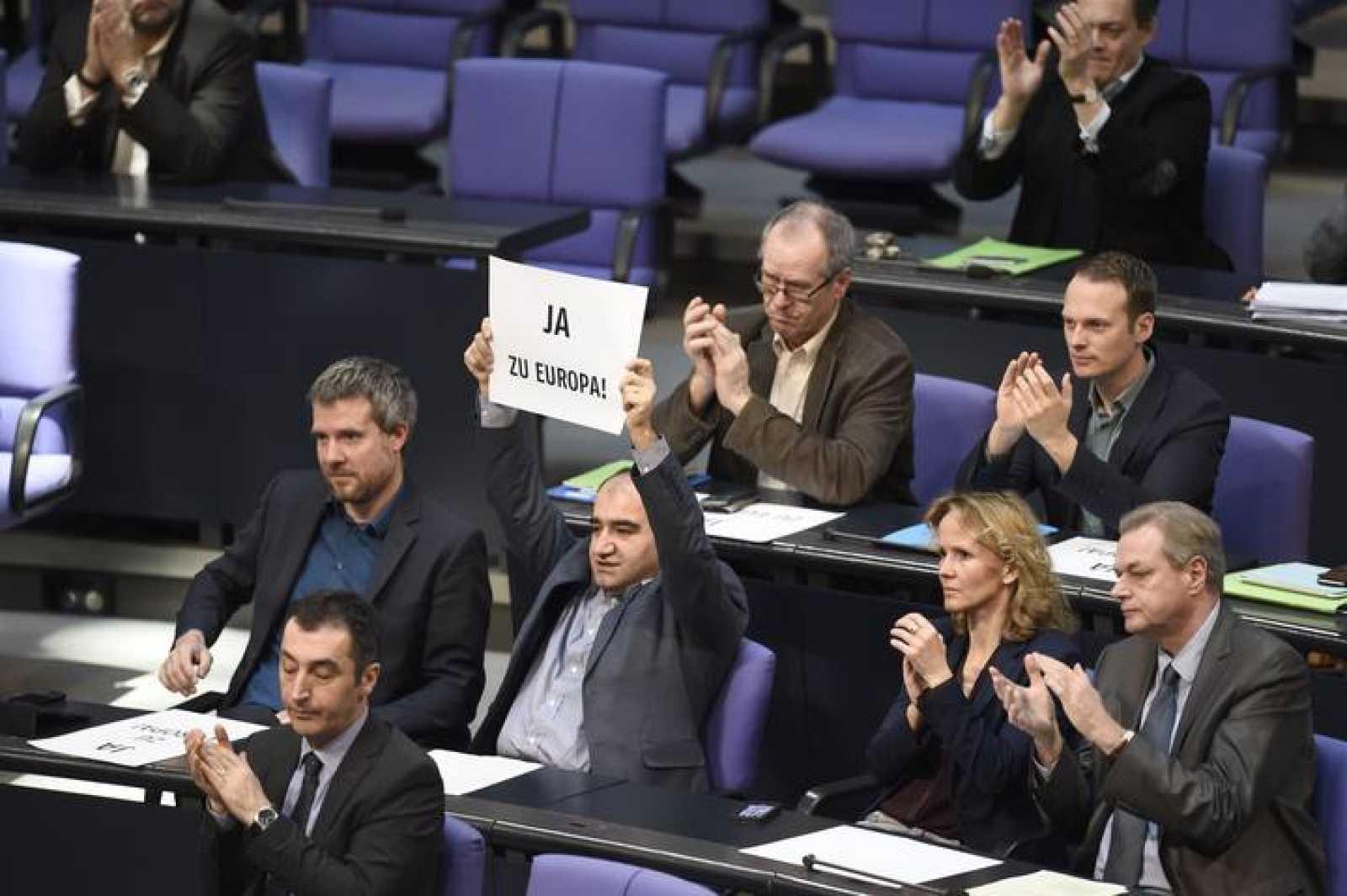 """Un diputado de Los Verdes alza en el Bundestag un cartel en el que se lee """"Sí a Europa"""""""